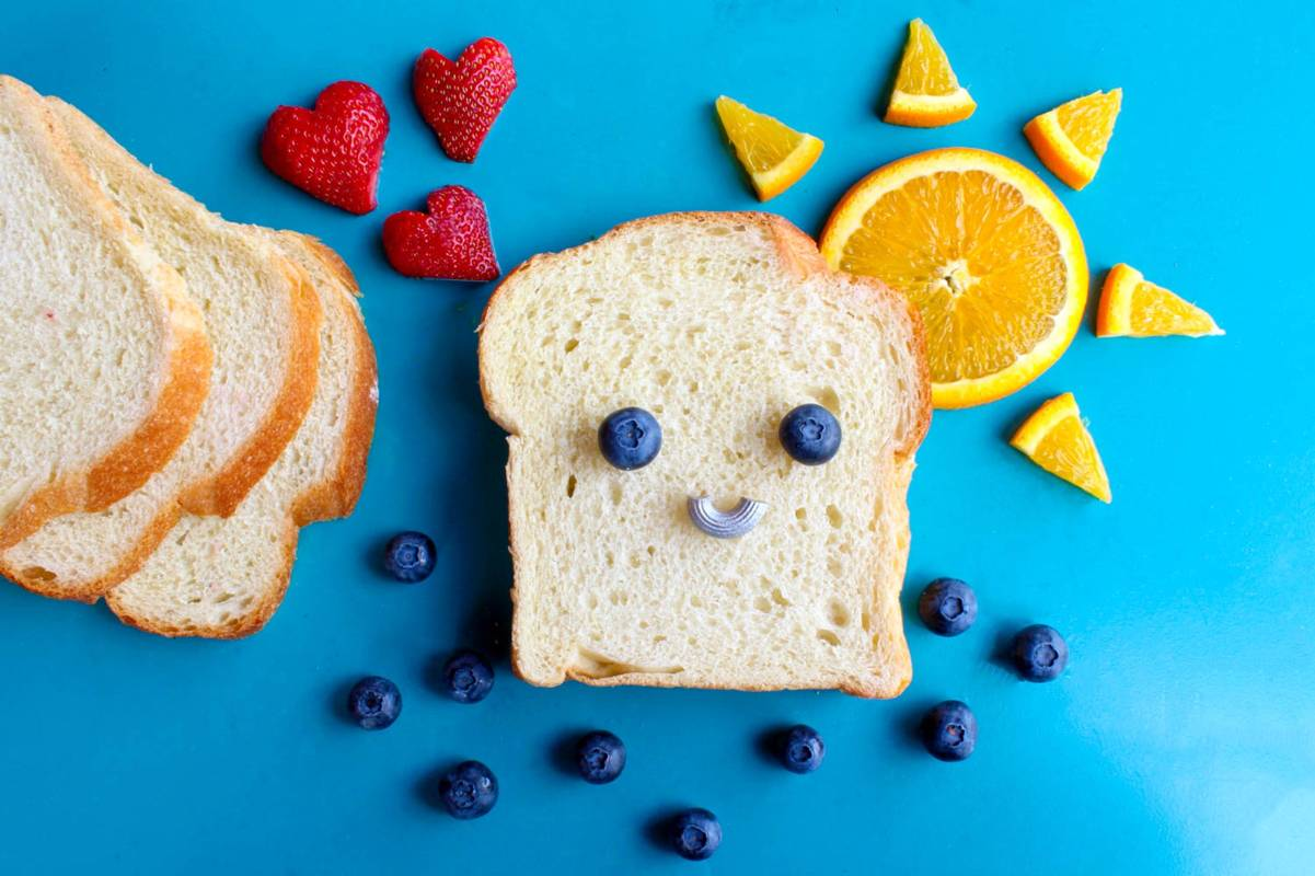 aus Toast und Obst Gesichter gemacht